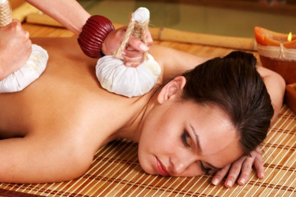 MASSAGE WITH HERBAL BAGS
